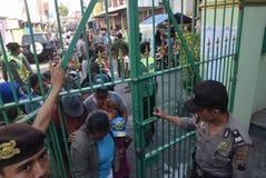 Milhares de residentes alinhados para a carne sacrificial Imagem de Stock