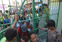 Milhares de residentes alinhados para a carne sacrificial Imagens de Stock Royalty Free