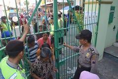 Milhares de residentes alinhados para a carne sacrificial Foto de Stock