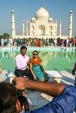 Milhares de visita dos turistas diários Taj Mahal imagem de stock royalty free
