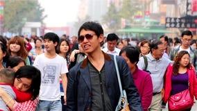 Milhares de visitantes na rua de passeio de Wangfujing vídeos de arquivo