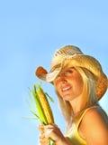 Milho da terra arrendada da mulher consideravelmente nova fotografia de stock