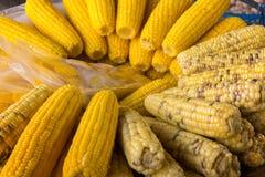 Milho de Bolied na bandeja no mercado Fotos de Stock Royalty Free