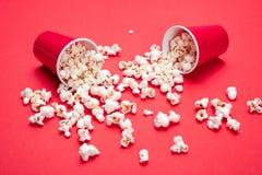 Milho de PNF dispersado no fundo da cor vermelha, opinião do close up imagens de stock royalty free