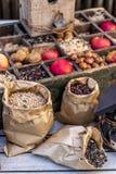 Milho do alimento de pássaro, maçã, porcas Foto de Stock