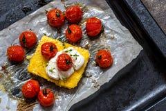 Milho do Polenta com tomates e queijo creme cozidos imagens de stock