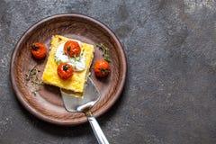 Milho do Polenta com tomates e queijo creme cozidos imagem de stock