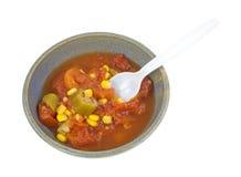 Milho do quiabo dos tomates no ângulo da bacia com colher Imagens de Stock