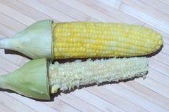 Milho doce fervido comido igualmente colocado no fundo marrom Foto de Stock