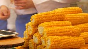 Milho fervido fresco delicioso nas cabeças no contador do mercado do Natal em Alemanha video estoque