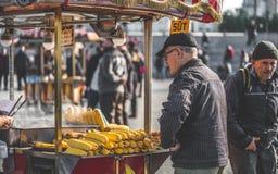 Milho grelhado com vara de madeira fotografia de stock royalty free