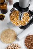 Milho no prato de petri para a análise no fundo de madeira Imagem de Stock Royalty Free