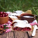 Milhojas con una cereza Cherry Pie fotografía de archivo libre de regalías