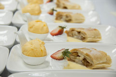 Milhojas de Apple con helado y la fresa imagenes de archivo
