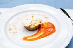 Milhojas de Apple vienés con la salsa de la fruta en una placa no una forma clásica de una manera única Fotografía de archivo