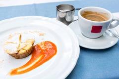 Milhojas de Apple vienés con la salsa de la fruta en una placa no una forma clásica de una manera única una taza de café y de un  Imagenes de archivo