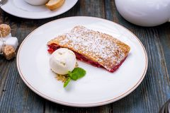 Milhojas de la cereza con helado imagen de archivo