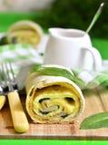 Milhojas de la espinaca con la tortilla y el queso imágenes de archivo libres de regalías