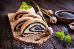 Milhojas de la semilla de amapola asperjado con el azúcar en polvo Fotografía de archivo libre de regalías