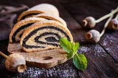 Milhojas de la semilla de amapola asperjado con el azúcar en polvo Fotografía de archivo