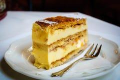 Milhojas dulce de la cuajada de queso con la salsa de la vainilla imagenes de archivo