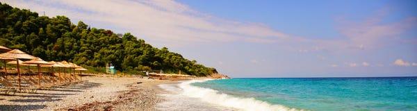 Milia setzen bei Skopelos, Griechenland auf den Strand lizenzfreies stockbild