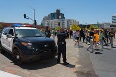 Milicyjni dopatrywań protestants w ulicach z znakami Zdjęcie Stock