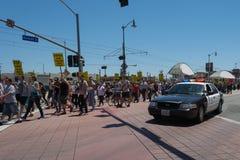 Milicyjni dopatrywań protestants w ulicach z znakami Obrazy Stock