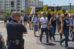 Milicyjni dopatrywań protestants w ulicach z znakami Obraz Royalty Free