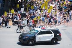 Milicyjni dopatrywań protestants w ulicach z znakami Fotografia Royalty Free