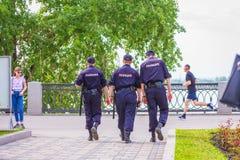 Milicyjni funkcjonariuszi patrolujący patrolują bulwar Rosyjski tekst: Policja obrazy royalty free