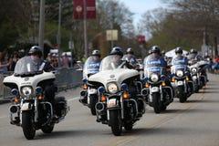 Milicyjni motocykle patrolują kurs gdy prawie 30000 biegaczów uczestniczyli w Boston maratonie na Kwietniu 17, 2017 w Boston obraz stock