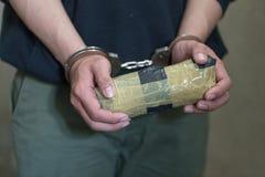 Milicyjny areszta handlarz narkotyków z kajdankami Prawa i polici pojęcie - Wizerunek, Światowy leka dzień fotografia stock