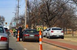 Milicyjny ciągnięcie nad czarnymi samochodami patrzeje dla someone i Peoria Ave Tulsa Oklahoma usa 02 przy 21st 14 2018 fotografia royalty free