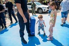 Milicyjny dzień zaznaczający przy wolność kwadratem Trg Slobode w Novi Sad Dzieci spotykający i trenujący z obrazy royalty free