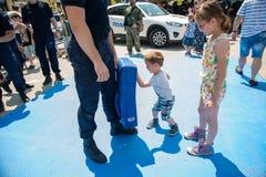 Milicyjny dzień zaznaczający przy wolność kwadratem Trg Slobode w Novi Sad Dzieci spotykający i trenujący z obraz royalty free