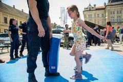 Milicyjny dzień zaznaczający przy wolność kwadratem Trg Slobode w Novi Sad Dzieci spotykający i trenujący z zdjęcia stock