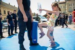 Milicyjny dzień zaznaczający przy wolność kwadratem Trg Slobode w Novi Sad Dzieci spotykający i trenujący z obrazy stock