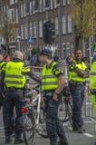 Milicyjny mężczyzna Przy pracą Podczas maratonu Amsterdam holandie 2018 zdjęcia royalty free