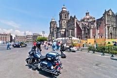 Milicyjny motocykl i ludzie w Meksyk śródmieściu Fotografia Stock