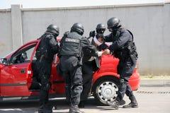 Milicyjny oddziału save uprowadzał mężczyzna wiążącego z kajdankami w mieście Sofia, Bułgaria †'Sep, 11,2007 kryminalna scena p fotografia stock