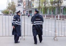 Milicyjny patrol przy środkową ulicą w letnim dniu Zdjęcia Stock