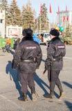 Milicyjny patrol przy głównym placem w słonecznym dniu Zdjęcie Royalty Free