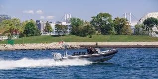Milicyjny patrolować i iść przy wysoką prędkością na motorowej łodzi w jeziornym Ontario Zdjęcia Royalty Free