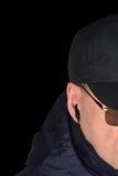 Milicyjny pracownika ochrony personelu policjant potajemnie słucha na specop pola sytuaci, odizolowywającej na czarnym potajemnym Fotografia Royalty Free