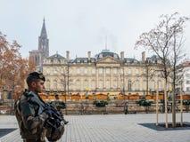 Milicyjny vigipirate zbrojący oficery surveilling Strasburskie ulicy zdjęcia stock