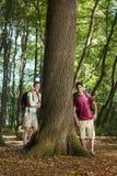 Milieu behoud: wandelaars die op boom leunen royalty-vrije stock foto