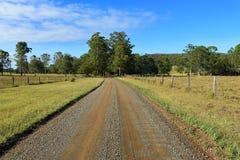 Milieu d'un chemin de terre rural images stock