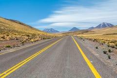 Milieu de nulle part, conduisant au désert d'Atacama Photos stock