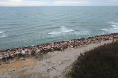 Milieu probleem Het concept van de ecologie Plastiek op het strand met sos het schrijven Gemorst huisvuil op het strand royalty-vrije stock afbeeldingen